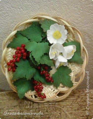 Ягодка сделаны из горячего клея, а листочки из Фома.  фото 3