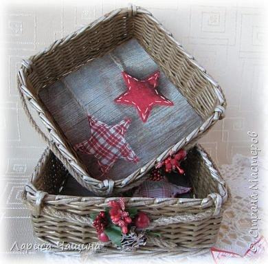 Добрый день, вечер, утро, уважаемые мастера рукодельники! Кто не успел приготовить сани к зиме летом, торопится сейчас. Это  намек на новогодние подарки.   Я люблю всё делать загодя, не торопясь, без спешки. Все свои плетёнки обязательно декорирую. Как то без декора кажутся они мне холодными и бездушными. Короче, наплела новогодней мелочевки, может кто вдохновится и найдёт для себя что - нибудь полезное.  Заодно и с фотоэффектами пошалила для поднятия настроения.  фото 8