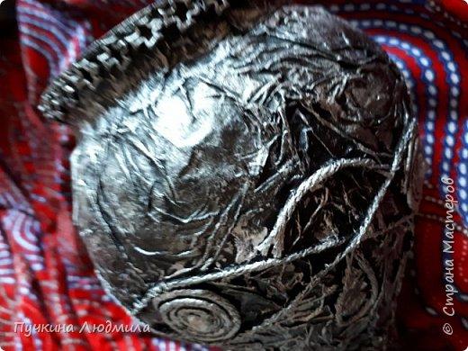 Амфора сделана из бросового материала: шар- скрутила из газет, горлышко- трубка от бумажных полотенец....декорировала - драпировала салфетки с ПВА,  кручеными салфетками и немного страз, по краю сверху по горлышку и снизу по ободку - макарошками... чпокала серебром... фото 4