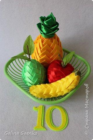 К праздничному столу блюдо с фруктами.