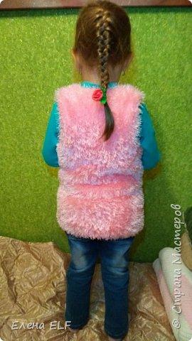 В гардеробе у каждой модницы должна быть жилетка! А если она еще и нежная и пушистая, то знайте - вы самая модная. Так говорит моя 4-летняя дочь. Пытаемся соответствовать :) фото 3