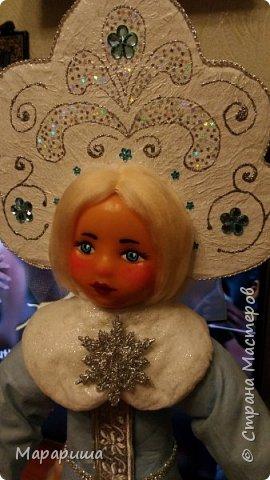 Добрый день!  Напросилась я привести в порядок новогодние игрушки, которые ставили под ёлочку в бассейне моей дочери. Уж в очень плачевном состоянии они былиудивляюсь. Занималась я такой работой первый раз. Обращалась даже за советом к Элайдже (она практикует реставрацию советских игрушек), ну и конечно вдохновителями явились гуру ватной игрушки Ольга Симакова и Елена-Stella.  Хотелось сохранить их прелесть и самобытность, но в то же самое время привнести что-то своё... вот, выношу на Ваш суд)))  Ну не могла я представить Дедушку без посоха морозильного. фото 8