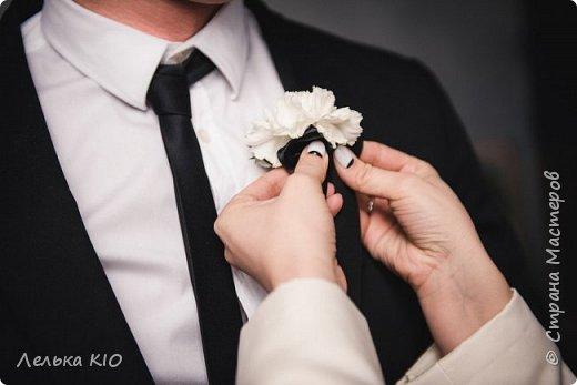Здравствуйте дорогие рукодельницы!!! Как давно меня здесь не было!!!  Моя любимая черно-белая свадьба 2017 года!!  Немного предыстории! Наша невеста Анжелика - это необычная девушка, Яркая, красивая! Востребованный фотограф с необычным виденьем своих фотообразов. Человек работающий в свадебной тусовке не один год, видевшая декор различного уровня, и в тоже время уставшая от всей этой красоты.  Организатором свадьбы была Александра Коробова, в итоге собрались лучшие профессионалы города Самара.  Буквально за полторы недели до торжества звонок от Анжелики с вопросом где купить свечи?!  У меня свадьба!!!  И тут меня уже было не остановить, еще не положив трубку я знала что я смогу и хочу сделать. Проект в моей голове нарисовался за считанные минуты , при встрече она сказала ДА абсолютно на каждую деталь декора.  Мы создали стеллаж за молодыми, украсив свечами и флористикой. Гостевые столы оформлены скатертями в пол, подсвечниками и свечами. Белые салфетки и композиции с белыми цветами дополнили общий образ проекта.  5 утра, любая невеста еще нежится в своей постели перед трудным свадебным днем. Но не Анжелика, она с фотоаппаратом как фурия носится по ресторану и фотографирует нам декор)! Я была счастлива!  фото 2