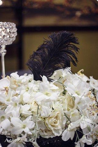 Здравствуйте дорогие рукодельницы!!! Как давно меня здесь не было!!!  Моя любимая черно-белая свадьба 2017 года!!  Немного предыстории! Наша невеста Анжелика - это необычная девушка, Яркая, красивая! Востребованный фотограф с необычным виденьем своих фотообразов. Человек работающий в свадебной тусовке не один год, видевшая декор различного уровня, и в тоже время уставшая от всей этой красоты.  Организатором свадьбы была Александра Коробова, в итоге собрались лучшие профессионалы города Самара.  Буквально за полторы недели до торжества звонок от Анжелики с вопросом где купить свечи?!  У меня свадьба!!!  И тут меня уже было не остановить, еще не положив трубку я знала что я смогу и хочу сделать. Проект в моей голове нарисовался за считанные минуты , при встрече она сказала ДА абсолютно на каждую деталь декора.  Мы создали стеллаж за молодыми, украсив свечами и флористикой. Гостевые столы оформлены скатертями в пол, подсвечниками и свечами. Белые салфетки и композиции с белыми цветами дополнили общий образ проекта.  5 утра, любая невеста еще нежится в своей постели перед трудным свадебным днем. Но не Анжелика, она с фотоаппаратом как фурия носится по ресторану и фотографирует нам декор)! Я была счастлива!  фото 13