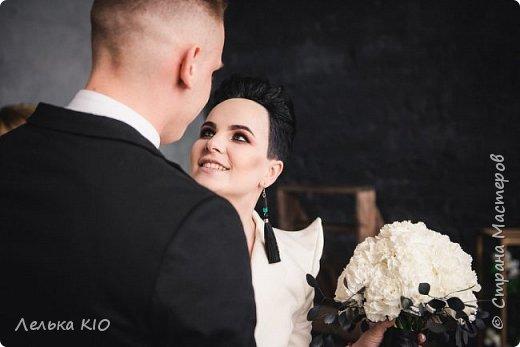 Здравствуйте дорогие рукодельницы!!! Как давно меня здесь не было!!!  Моя любимая черно-белая свадьба 2017 года!!  Немного предыстории! Наша невеста Анжелика - это необычная девушка, Яркая, красивая! Востребованный фотограф с необычным виденьем своих фотообразов. Человек работающий в свадебной тусовке не один год, видевшая декор различного уровня, и в тоже время уставшая от всей этой красоты.  Организатором свадьбы была Александра Коробова, в итоге собрались лучшие профессионалы города Самара.  Буквально за полторы недели до торжества звонок от Анжелики с вопросом где купить свечи?!  У меня свадьба!!!  И тут меня уже было не остановить, еще не положив трубку я знала что я смогу и хочу сделать. Проект в моей голове нарисовался за считанные минуты , при встрече она сказала ДА абсолютно на каждую деталь декора.  Мы создали стеллаж за молодыми, украсив свечами и флористикой. Гостевые столы оформлены скатертями в пол, подсвечниками и свечами. Белые салфетки и композиции с белыми цветами дополнили общий образ проекта.  5 утра, любая невеста еще нежится в своей постели перед трудным свадебным днем. Но не Анжелика, она с фотоаппаратом как фурия носится по ресторану и фотографирует нам декор)! Я была счастлива!  фото 4