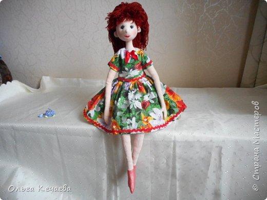 Для 4-х летней девочки сшила куклу. Куколка немаленькая- рост 50 см, но очень милая и уютная. А чтоб девочке было интереснее с ней играть, нашила разной одёжки. фото 4