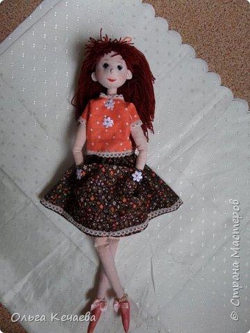 Для 4-х летней девочки сшила куклу. Куколка немаленькая- рост 50 см, но очень милая и уютная. А чтоб девочке было интереснее с ней играть, нашила разной одёжки. фото 1