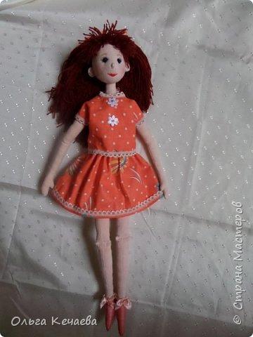 Для 4-х летней девочки сшила куклу. Куколка немаленькая- рост 50 см, но очень милая и уютная. А чтоб девочке было интереснее с ней играть, нашила разной одёжки. фото 10