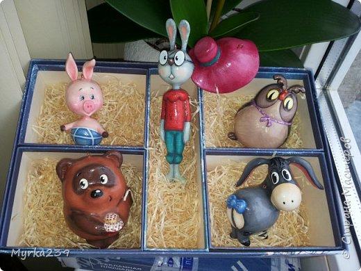 Всем поклонникам мультфильма про Винн -пуха, посвящается!)) Елочные игрушки сделаны из многослойного папье-маше, полые, лёгкие. Расписаны акриловыми красками, украшены глиттерами(блёстками), покрыты лаком. фото 2