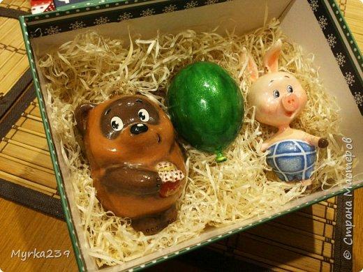 Всем поклонникам мультфильма про Винн -пуха, посвящается!)) Елочные игрушки сделаны из многослойного папье-маше, полые, лёгкие. Расписаны акриловыми красками, украшены глиттерами(блёстками), покрыты лаком. фото 1