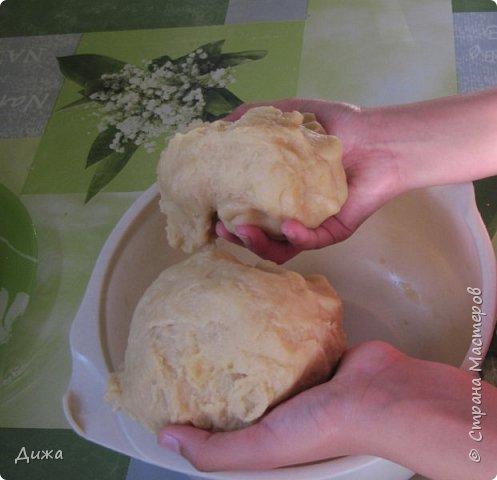 """Здравствуйте! Сегодня я вам расскажу как я готовлю мой любимый торт """"Муравейник"""". Её может приготовить даже 10-летний ребёнок. А ещё мне помогал мой 5 летний братик. Мама работала фотографом.  Это мой второй мастер класс. В самом первом мастер классе я показывала как я делаю шоколадное масло (почти нутелла) http://stranamasterov.ru/node/1098409 У моей мамы есть блокнотик с рецептами, и я учусь по нему готовить выпечку. Готовить очень весело!  Нам понадобится: 200 г размягчённого маргарина или сливочного масла 0,5 стакана сахара 0,5 стакана сметаны 1 чайная ложка разрыхлителяь теста (или сода гашенная уксусом) Мука  1 банка вареной сгущенки Фрукты чтобы украсить торт фото 10"""