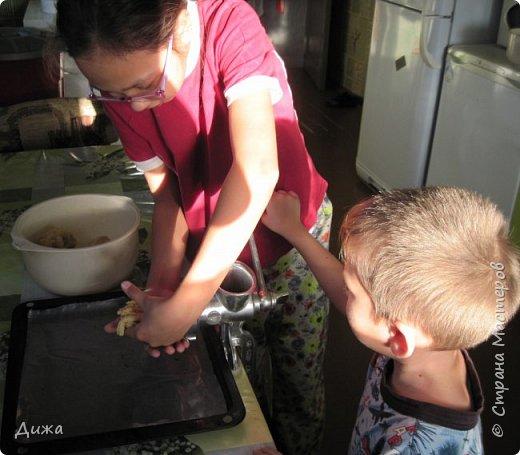 """Здравствуйте! Сегодня я вам расскажу как я готовлю мой любимый торт """"Муравейник"""". Её может приготовить даже 10-летний ребёнок. А ещё мне помогал мой 5 летний братик. Мама работала фотографом.  Это мой второй мастер класс. В самом первом мастер классе я показывала как я делаю шоколадное масло (почти нутелла) http://stranamasterov.ru/node/1098409 У моей мамы есть блокнотик с рецептами, и я учусь по нему готовить выпечку. Готовить очень весело!  Нам понадобится: 200 г размягчённого маргарина или сливочного масла 0,5 стакана сахара 0,5 стакана сметаны 1 чайная ложка разрыхлителяь теста (или сода гашенная уксусом) Мука  1 банка вареной сгущенки Фрукты чтобы украсить торт фото 11"""