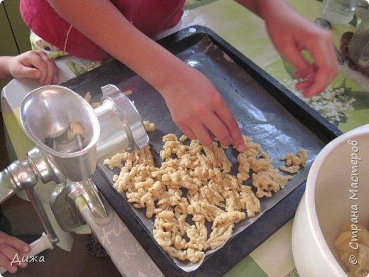 """Здравствуйте! Сегодня я вам расскажу как я готовлю мой любимый торт """"Муравейник"""". Её может приготовить даже 10-летний ребёнок. А ещё мне помогал мой 5 летний братик. Мама работала фотографом.  Это мой второй мастер класс. В самом первом мастер классе я показывала как я делаю шоколадное масло (почти нутелла) http://stranamasterov.ru/node/1098409 У моей мамы есть блокнотик с рецептами, и я учусь по нему готовить выпечку. Готовить очень весело!  Нам понадобится: 200 г размягчённого маргарина или сливочного масла 0,5 стакана сахара 0,5 стакана сметаны 1 чайная ложка разрыхлителяь теста (или сода гашенная уксусом) Мука  1 банка вареной сгущенки Фрукты чтобы украсить торт фото 12"""