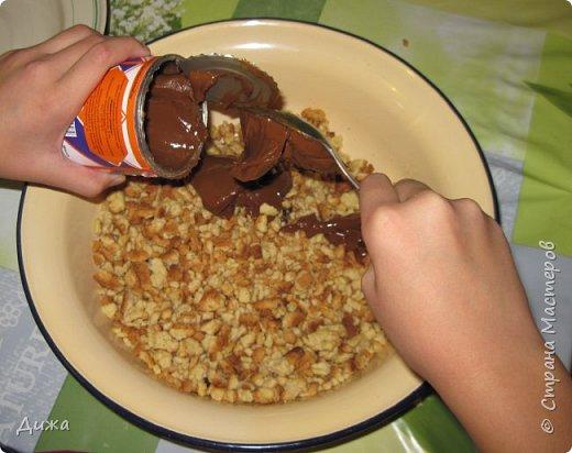 """Здравствуйте! Сегодня я вам расскажу как я готовлю мой любимый торт """"Муравейник"""". Её может приготовить даже 10-летний ребёнок. А ещё мне помогал мой 5 летний братик. Мама работала фотографом.  Это мой второй мастер класс. В самом первом мастер классе я показывала как я делаю шоколадное масло (почти нутелла) http://stranamasterov.ru/node/1098409 У моей мамы есть блокнотик с рецептами, и я учусь по нему готовить выпечку. Готовить очень весело!  Нам понадобится: 200 г размягчённого маргарина или сливочного масла 0,5 стакана сахара 0,5 стакана сметаны 1 чайная ложка разрыхлителяь теста (или сода гашенная уксусом) Мука  1 банка вареной сгущенки Фрукты чтобы украсить торт фото 17"""