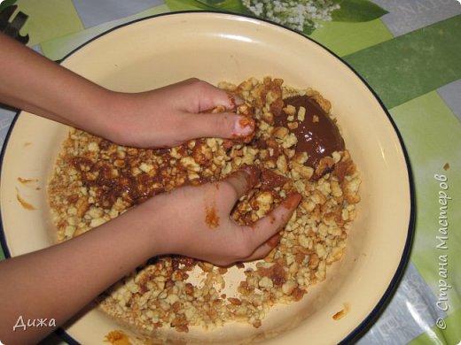 """Здравствуйте! Сегодня я вам расскажу как я готовлю мой любимый торт """"Муравейник"""". Её может приготовить даже 10-летний ребёнок. А ещё мне помогал мой 5 летний братик. Мама работала фотографом.  Это мой второй мастер класс. В самом первом мастер классе я показывала как я делаю шоколадное масло (почти нутелла) http://stranamasterov.ru/node/1098409 У моей мамы есть блокнотик с рецептами, и я учусь по нему готовить выпечку. Готовить очень весело!  Нам понадобится: 200 г размягчённого маргарина или сливочного масла 0,5 стакана сахара 0,5 стакана сметаны 1 чайная ложка разрыхлителяь теста (или сода гашенная уксусом) Мука  1 банка вареной сгущенки Фрукты чтобы украсить торт фото 18"""