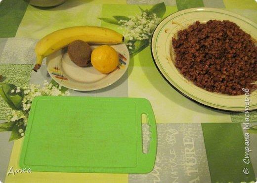 """Здравствуйте! Сегодня я вам расскажу как я готовлю мой любимый торт """"Муравейник"""". Её может приготовить даже 10-летний ребёнок. А ещё мне помогал мой 5 летний братик. Мама работала фотографом.  Это мой второй мастер класс. В самом первом мастер классе я показывала как я делаю шоколадное масло (почти нутелла) http://stranamasterov.ru/node/1098409 У моей мамы есть блокнотик с рецептами, и я учусь по нему готовить выпечку. Готовить очень весело!  Нам понадобится: 200 г размягчённого маргарина или сливочного масла 0,5 стакана сахара 0,5 стакана сметаны 1 чайная ложка разрыхлителяь теста (или сода гашенная уксусом) Мука  1 банка вареной сгущенки Фрукты чтобы украсить торт фото 22"""