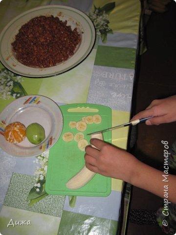 """Здравствуйте! Сегодня я вам расскажу как я готовлю мой любимый торт """"Муравейник"""". Её может приготовить даже 10-летний ребёнок. А ещё мне помогал мой 5 летний братик. Мама работала фотографом.  Это мой второй мастер класс. В самом первом мастер классе я показывала как я делаю шоколадное масло (почти нутелла) http://stranamasterov.ru/node/1098409 У моей мамы есть блокнотик с рецептами, и я учусь по нему готовить выпечку. Готовить очень весело!  Нам понадобится: 200 г размягчённого маргарина или сливочного масла 0,5 стакана сахара 0,5 стакана сметаны 1 чайная ложка разрыхлителяь теста (или сода гашенная уксусом) Мука  1 банка вареной сгущенки Фрукты чтобы украсить торт фото 23"""