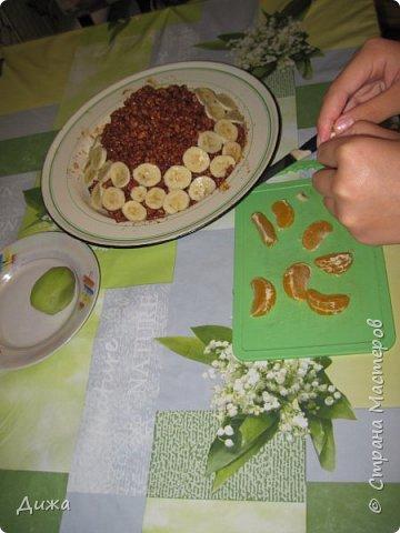 """Здравствуйте! Сегодня я вам расскажу как я готовлю мой любимый торт """"Муравейник"""". Её может приготовить даже 10-летний ребёнок. А ещё мне помогал мой 5 летний братик. Мама работала фотографом.  Это мой второй мастер класс. В самом первом мастер классе я показывала как я делаю шоколадное масло (почти нутелла) http://stranamasterov.ru/node/1098409 У моей мамы есть блокнотик с рецептами, и я учусь по нему готовить выпечку. Готовить очень весело!  Нам понадобится: 200 г размягчённого маргарина или сливочного масла 0,5 стакана сахара 0,5 стакана сметаны 1 чайная ложка разрыхлителяь теста (или сода гашенная уксусом) Мука  1 банка вареной сгущенки Фрукты чтобы украсить торт фото 24"""