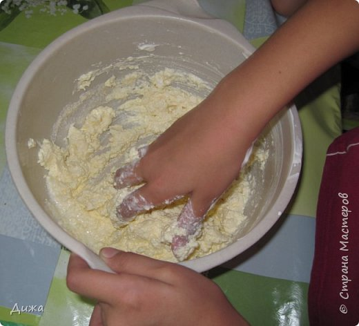 """Здравствуйте! Сегодня я вам расскажу как я готовлю мой любимый торт """"Муравейник"""". Её может приготовить даже 10-летний ребёнок. А ещё мне помогал мой 5 летний братик. Мама работала фотографом.  Это мой второй мастер класс. В самом первом мастер классе я показывала как я делаю шоколадное масло (почти нутелла) http://stranamasterov.ru/node/1098409 У моей мамы есть блокнотик с рецептами, и я учусь по нему готовить выпечку. Готовить очень весело!  Нам понадобится: 200 г размягчённого маргарина или сливочного масла 0,5 стакана сахара 0,5 стакана сметаны 1 чайная ложка разрыхлителяь теста (или сода гашенная уксусом) Мука  1 банка вареной сгущенки Фрукты чтобы украсить торт фото 5"""