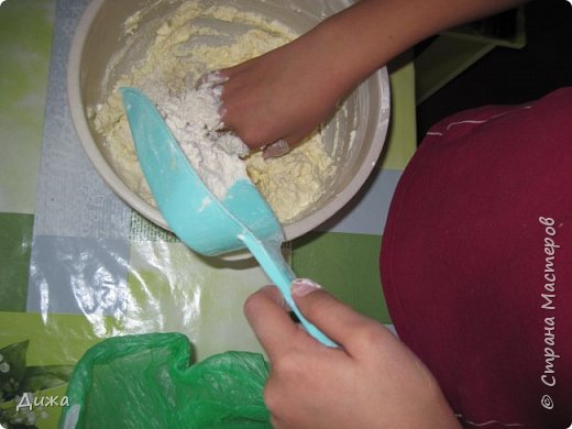 """Здравствуйте! Сегодня я вам расскажу как я готовлю мой любимый торт """"Муравейник"""". Её может приготовить даже 10-летний ребёнок. А ещё мне помогал мой 5 летний братик. Мама работала фотографом.  Это мой второй мастер класс. В самом первом мастер классе я показывала как я делаю шоколадное масло (почти нутелла) http://stranamasterov.ru/node/1098409 У моей мамы есть блокнотик с рецептами, и я учусь по нему готовить выпечку. Готовить очень весело!  Нам понадобится: 200 г размягчённого маргарина или сливочного масла 0,5 стакана сахара 0,5 стакана сметаны 1 чайная ложка разрыхлителяь теста (или сода гашенная уксусом) Мука  1 банка вареной сгущенки Фрукты чтобы украсить торт фото 6"""