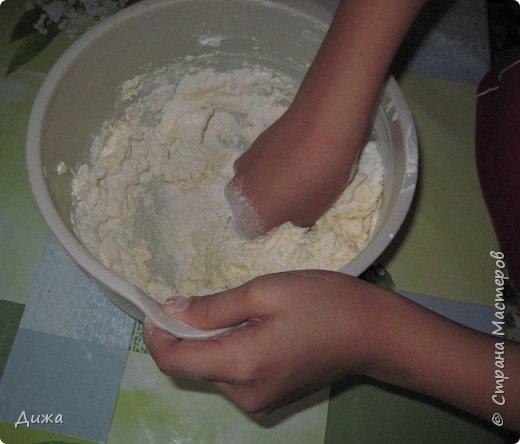 """Здравствуйте! Сегодня я вам расскажу как я готовлю мой любимый торт """"Муравейник"""". Её может приготовить даже 10-летний ребёнок. А ещё мне помогал мой 5 летний братик. Мама работала фотографом.  Это мой второй мастер класс. В самом первом мастер классе я показывала как я делаю шоколадное масло (почти нутелла) http://stranamasterov.ru/node/1098409 У моей мамы есть блокнотик с рецептами, и я учусь по нему готовить выпечку. Готовить очень весело!  Нам понадобится: 200 г размягчённого маргарина или сливочного масла 0,5 стакана сахара 0,5 стакана сметаны 1 чайная ложка разрыхлителяь теста (или сода гашенная уксусом) Мука  1 банка вареной сгущенки Фрукты чтобы украсить торт фото 7"""