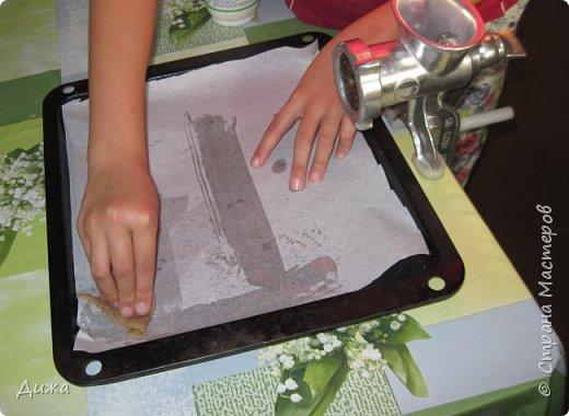 """Здравствуйте! Сегодня я вам расскажу как я готовлю мой любимый торт """"Муравейник"""". Её может приготовить даже 10-летний ребёнок. А ещё мне помогал мой 5 летний братик. Мама работала фотографом.  Это мой второй мастер класс. В самом первом мастер классе я показывала как я делаю шоколадное масло (почти нутелла) http://stranamasterov.ru/node/1098409 У моей мамы есть блокнотик с рецептами, и я учусь по нему готовить выпечку. Готовить очень весело!  Нам понадобится: 200 г размягчённого маргарина или сливочного масла 0,5 стакана сахара 0,5 стакана сметаны 1 чайная ложка разрыхлителяь теста (или сода гашенная уксусом) Мука  1 банка вареной сгущенки Фрукты чтобы украсить торт фото 9"""