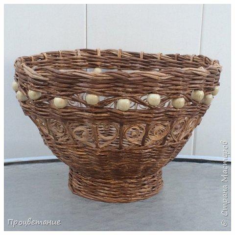 """Вот такую вазу сплела для подарка. Трубочки журнальные диаметром  3 мм. Красила ВМ """"Дуб"""" (тёмные) и ею же, но разведенной (светлые). Бусины деревянные. фото 1"""