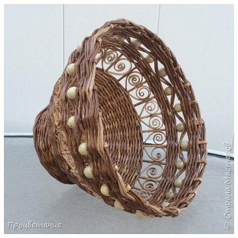 """Вот такую вазу сплела для подарка. Трубочки журнальные диаметром  3 мм. Красила ВМ """"Дуб"""" (тёмные) и ею же, но разведенной (светлые). Бусины деревянные. фото 4"""