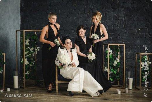 Здравствуйте дорогие рукодельницы!!! Как давно меня здесь не было!!!  Моя любимая черно-белая свадьба 2017 года!!  Немного предыстории! Наша невеста Анжелика - это необычная девушка, Яркая, красивая! Востребованный фотограф с необычным виденьем своих фотообразов. Человек работающий в свадебной тусовке не один год, видевшая декор различного уровня, и в тоже время уставшая от всей этой красоты.  Организатором свадьбы была Александра Коробова, в итоге собрались лучшие профессионалы города Самара.  Буквально за полторы недели до торжества звонок от Анжелики с вопросом где купить свечи?!  У меня свадьба!!!  И тут меня уже было не остановить, еще не положив трубку я знала что я смогу и хочу сделать. Проект в моей голове нарисовался за считанные минуты , при встрече она сказала ДА абсолютно на каждую деталь декора.  Мы создали стеллаж за молодыми, украсив свечами и флористикой. Гостевые столы оформлены скатертями в пол, подсвечниками и свечами. Белые салфетки и композиции с белыми цветами дополнили общий образ проекта.  5 утра, любая невеста еще нежится в своей постели перед трудным свадебным днем. Но не Анжелика, она с фотоаппаратом как фурия носится по ресторану и фотографирует нам декор)! Я была счастлива!  фото 1