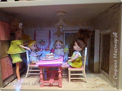 Здравствуйте уважаемые мастера и мастерицы. Выставляю на Ваш суд мой первый кукольный домик. Сделала его по просьбе внучки. Изготовление его заняло  три месяца. Размер домика 50 на 20 см. Размер точно совпадает с шириной стола. Не громоздкий фото 14