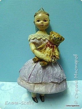 """Здравствуйте дорогие и очень талантливые мастера и мастерицы! У меня сегодня две девочки, которых я делала для проекта """"200 лет кукле Izahanna Walker"""" Первая 15 см и сейчас готовится к вставке. Вторая 13 см и сделана недавно. У оригинальных кукол очень простые и скромные наряды и они делались из дерева и ткани. Мои конечно из ваты, кружева и крепированной бумаги.  Раньше высокий лоб, считался признаком благородства и был очень моден у знати.  Длинна платья зависела от возраста. Дети носили выше колен и панталончики, Подростки до щиколотки, ну а взрослые в пол. У моих куколок разная длинна платьев, было интересно попробовать. Работала над ними почти 9 месяцев, и поэтому для меня это очень серьезный проект.  Куклы все разные и попозже покажу других. фото 5"""