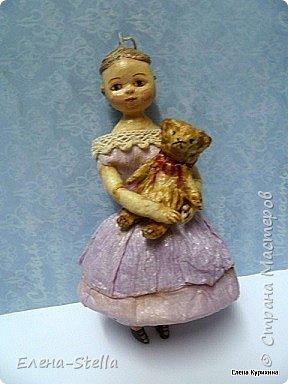 """Здравствуйте дорогие и очень талантливые мастера и мастерицы! У меня сегодня две девочки, которых я делала для проекта """"200 лет кукле Izahanna Walker"""" Первая 15 см и сейчас готовится к вставке. Вторая 13 см и сделана недавно. У оригинальных кукол очень простые и скромные наряды и они делались из дерева и ткани. Мои конечно из ваты, кружева и крепированной бумаги.  Раньше высокий лоб, считался признаком благородства и был очень моден у знати.  Длинна платья зависела от возраста. Дети носили выше колен и панталончики, Подростки до щиколотки, ну а взрослые в пол. У моих куколок разная длинна платьев, было интересно попробовать. Работала над ними почти 9 месяцев, и поэтому для меня это очень серьезный проект.  Куклы все разные и попозже покажу других. фото 2"""