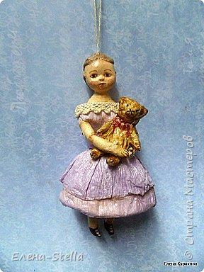 """Здравствуйте дорогие и очень талантливые мастера и мастерицы! У меня сегодня две девочки, которых я делала для проекта """"200 лет кукле Izahanna Walker"""" Первая 15 см и сейчас готовится к вставке. Вторая 13 см и сделана недавно. У оригинальных кукол очень простые и скромные наряды и они делались из дерева и ткани. Мои конечно из ваты, кружева и крепированной бумаги.  Раньше высокий лоб, считался признаком благородства и был очень моден у знати.  Длинна платья зависела от возраста. Дети носили выше колен и панталончики, Подростки до щиколотки, ну а взрослые в пол. У моих куколок разная длинна платьев, было интересно попробовать. Работала над ними почти 9 месяцев, и поэтому для меня это очень серьезный проект.  Куклы все разные и попозже покажу других. фото 1"""