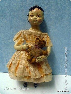 """Здравствуйте дорогие и очень талантливые мастера и мастерицы! У меня сегодня две девочки, которых я делала для проекта """"200 лет кукле Izahanna Walker"""" Первая 15 см и сейчас готовится к вставке. Вторая 13 см и сделана недавно. У оригинальных кукол очень простые и скромные наряды и они делались из дерева и ткани. Мои конечно из ваты, кружева и крепированной бумаги.  Раньше высокий лоб, считался признаком благородства и был очень моден у знати.  Длинна платья зависела от возраста. Дети носили выше колен и панталончики, Подростки до щиколотки, ну а взрослые в пол. У моих куколок разная длинна платьев, было интересно попробовать. Работала над ними почти 9 месяцев, и поэтому для меня это очень серьезный проект.  Куклы все разные и попозже покажу других. фото 4"""