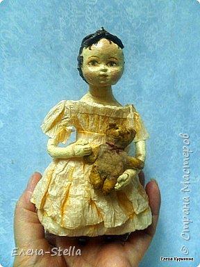 """Здравствуйте дорогие и очень талантливые мастера и мастерицы! У меня сегодня две девочки, которых я делала для проекта """"200 лет кукле Izahanna Walker"""" Первая 15 см и сейчас готовится к вставке. Вторая 13 см и сделана недавно. У оригинальных кукол очень простые и скромные наряды и они делались из дерева и ткани. Мои конечно из ваты, кружева и крепированной бумаги.  Раньше высокий лоб, считался признаком благородства и был очень моден у знати.  Длинна платья зависела от возраста. Дети носили выше колен и панталончики, Подростки до щиколотки, ну а взрослые в пол. У моих куколок разная длинна платьев, было интересно попробовать. Работала над ними почти 9 месяцев, и поэтому для меня это очень серьезный проект.  Куклы все разные и попозже покажу других. фото 3"""