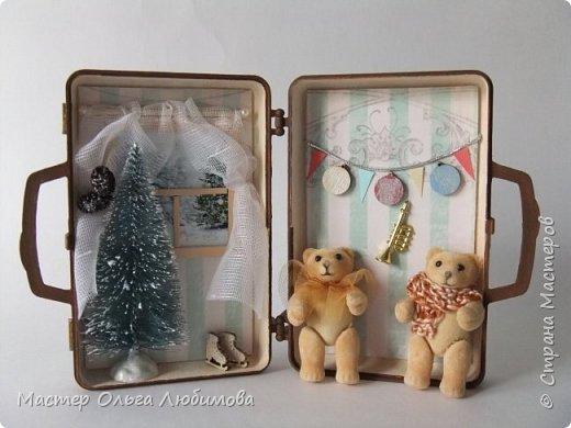 """На новый год и Рождество всегда хочется удивлять необычными подарками своих родных, близких и друзей. Особенно приятно, когда подарок сделан не массовым тиражом на фабрике, а относится к категории """"ручная работа"""". Елочные шары, санки, елочки, Дед Мороз и Снегурочка- всего не перечесть. Но мне бы хотелось предложить еще один вариант подарка, сувенира ручной работы на Новый год и Рождество- чемоданчик-домик с бархатными мишками . Его можно разместить под елкой, поставить на столик или на полочку. Такому подарку, как мне кажется, будут рады не только дети, но и взрослые. В маленьком домике есть небольшая елочка (10см), окошко с занавесками и милым пейзажем, коньки, новогодняя гирлянда и труба. А вот у мишек ручки и ножки подвижные, можно поставить или посадить. А снаружи чемоданчик декорирован картинками с мишками. Подарок необычные и очень милый. фото 1"""