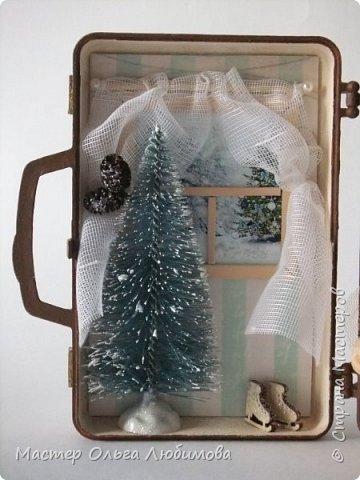 """На новый год и Рождество всегда хочется удивлять необычными подарками своих родных, близких и друзей. Особенно приятно, когда подарок сделан не массовым тиражом на фабрике, а относится к категории """"ручная работа"""". Елочные шары, санки, елочки, Дед Мороз и Снегурочка- всего не перечесть. Но мне бы хотелось предложить еще один вариант подарка, сувенира ручной работы на Новый год и Рождество- чемоданчик-домик с бархатными мишками . Его можно разместить под елкой, поставить на столик или на полочку. Такому подарку, как мне кажется, будут рады не только дети, но и взрослые. В маленьком домике есть небольшая елочка (10см), окошко с занавесками и милым пейзажем, коньки, новогодняя гирлянда и труба. А вот у мишек ручки и ножки подвижные, можно поставить или посадить. А снаружи чемоданчик декорирован картинками с мишками. Подарок необычные и очень милый. фото 3"""