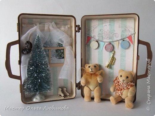 """На новый год и Рождество всегда хочется удивлять необычными подарками своих родных, близких и друзей. Особенно приятно, когда подарок сделан не массовым тиражом на фабрике, а относится к категории """"ручная работа"""". Елочные шары, санки, елочки, Дед Мороз и Снегурочка- всего не перечесть. Но мне бы хотелось предложить еще один вариант подарка, сувенира ручной работы на Новый год и Рождество- чемоданчик-домик с бархатными мишками . Его можно разместить под елкой, поставить на столик или на полочку. Такому подарку, как мне кажется, будут рады не только дети, но и взрослые. В маленьком домике есть небольшая елочка (10см), окошко с занавесками и милым пейзажем, коньки, новогодняя гирлянда и труба. А вот у мишек ручки и ножки подвижные, можно поставить или посадить. А снаружи чемоданчик декорирован картинками с мишками. Подарок необычные и очень милый. фото 2"""