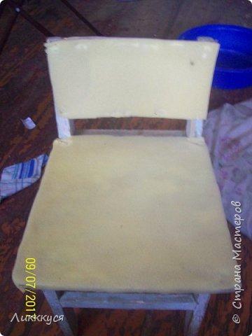 на балконе нашла старый стульчик и решила обновить его фото 6
