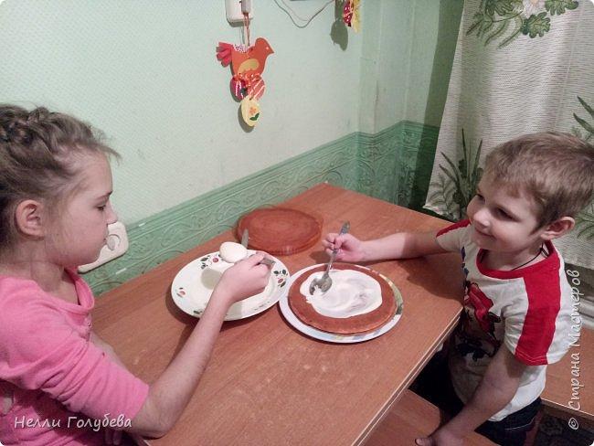 """Предлагаем гостям полакомиться тортиком """"Справится даже ребенок!"""" Кристина (9 лет) и Артем (5 лет) поздравляют жителей Страны Мастеров с Юбилеем. Угощение приготовили дети сами! И к празднику, как полагается- букет цветов - от Артема! фото 3"""