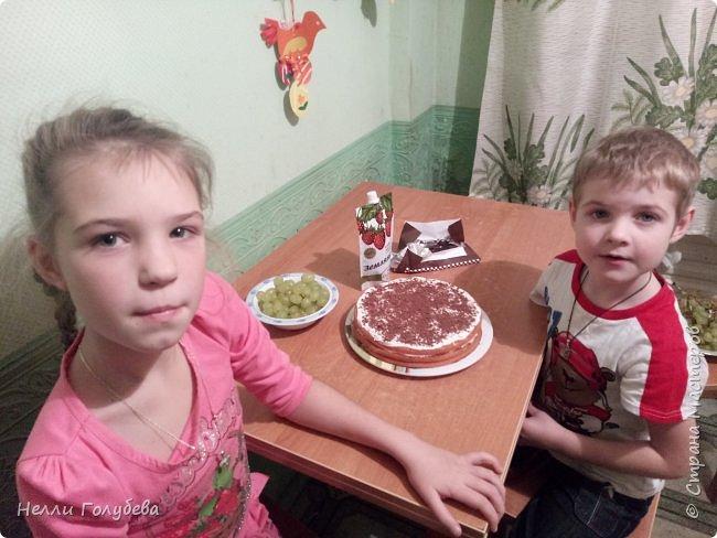 """Предлагаем гостям полакомиться тортиком """"Справится даже ребенок!"""" Кристина (9 лет) и Артем (5 лет) поздравляют жителей Страны Мастеров с Юбилеем. Угощение приготовили дети сами! И к празднику, как полагается- букет цветов - от Артема! фото 4"""