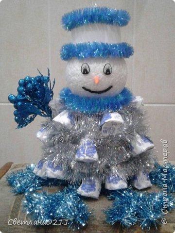Давно не выставляла свои работы,  творческий  кризис... Для племянницы на конкурс к НГ в школу сделала снеговика.  фото 1