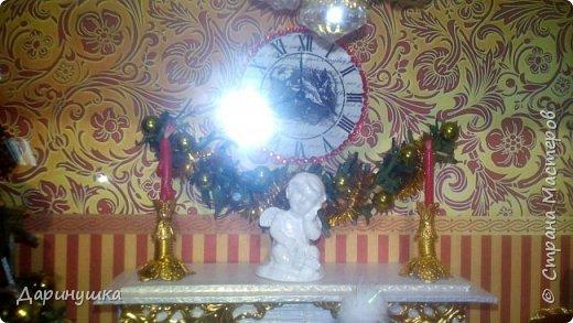 """Миниатюра в картине - можно повесить на стену как декор интерьера. Можно использовать в качестве ночного светильника. Гирлянда на ёлке, люстра, огонь в камине - """"горят"""". Хороший подарок к новому году. фото 5"""