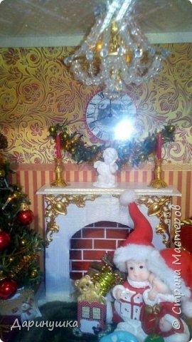 """Миниатюра в картине - можно повесить на стену как декор интерьера. Можно использовать в качестве ночного светильника. Гирлянда на ёлке, люстра, огонь в камине - """"горят"""". Хороший подарок к новому году. фото 7"""