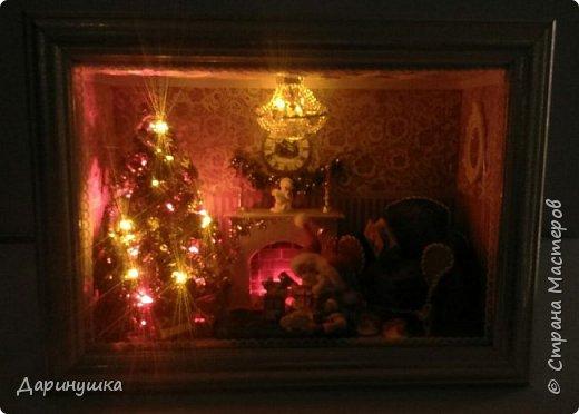 """Миниатюра в картине - можно повесить на стену как декор интерьера. Можно использовать в качестве ночного светильника. Гирлянда на ёлке, люстра, огонь в камине - """"горят"""". Хороший подарок к новому году. фото 8"""