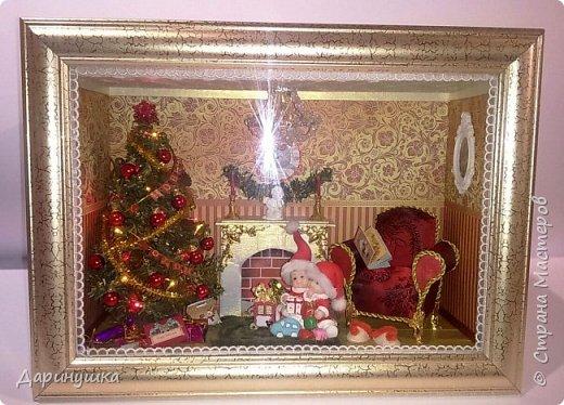 """Миниатюра в картине - можно повесить на стену как декор интерьера. Можно использовать в качестве ночного светильника. Гирлянда на ёлке, люстра, огонь в камине - """"горят"""". Хороший подарок к новому году. фото 1"""
