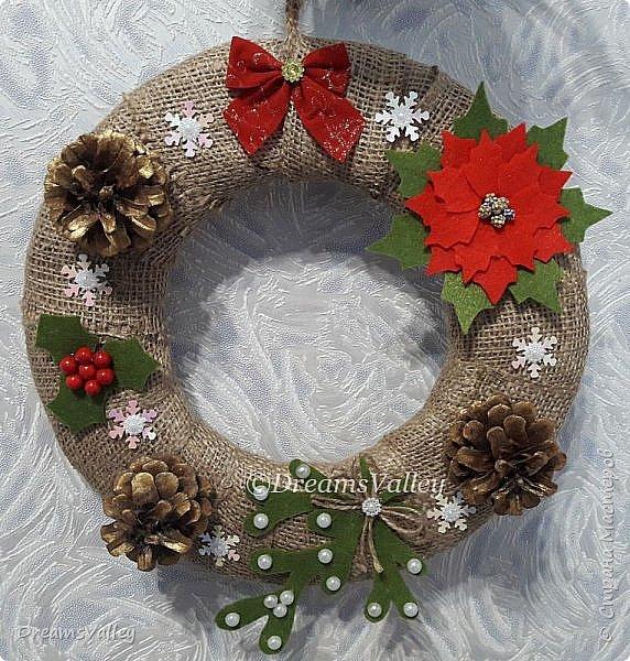 Новогодний веночек со всеми рождественскими символами: пуансеттией, омелой и падубом (остролистом).