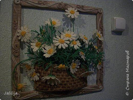 Уважаемые мои гости, представляю на ваш суд ещё одну работу. Ромашки в корзине. Я люблю эти цветы, не раз к ним обращалась. фото 3