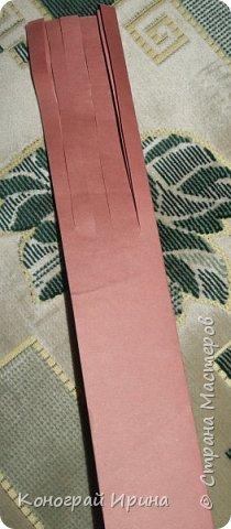 Необходимые материалы: - картон цветной; - бумага цветная двухсторонняя коричневая (для ствола); - бумага цветная; - клей; - ножницы; - фигурный дырокол для нарезки листиков (необязательно). фото 4