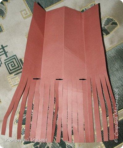Необходимые материалы: - картон цветной; - бумага цветная двухсторонняя коричневая (для ствола); - бумага цветная; - клей; - ножницы; - фигурный дырокол для нарезки листиков (необязательно). фото 5